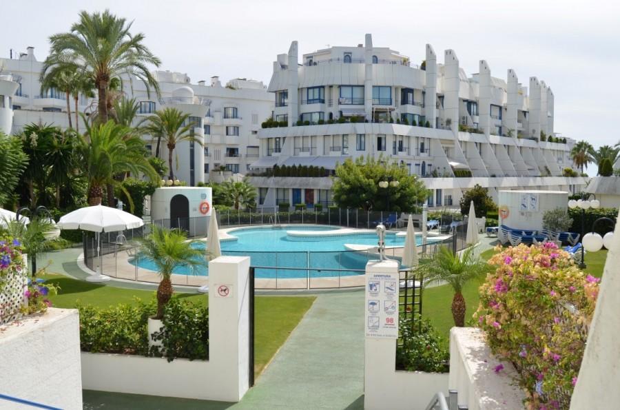 Penthouse second line of beach, näkymät uima-altaalle. Marbella Kaupunki