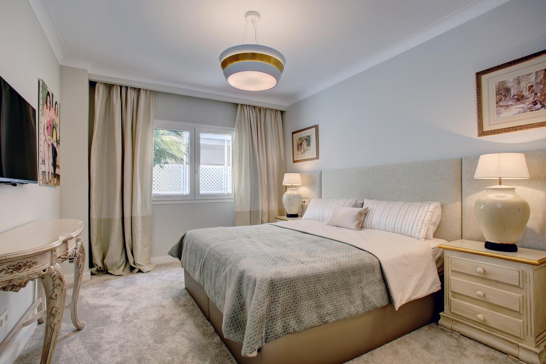 Playas del Duque apartamento de 3 dormitorios más habitación de servicio