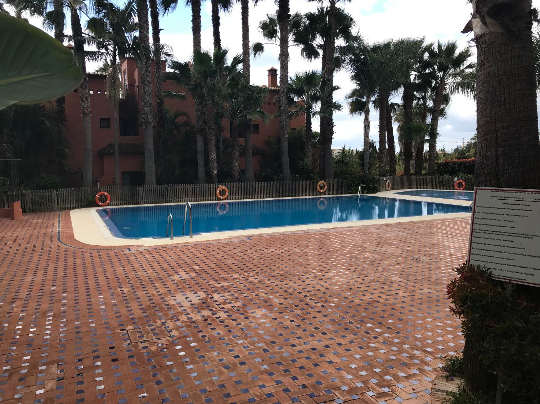 Terrasseret lang sæson og udsigt over swimmingpoolen, Marbella
