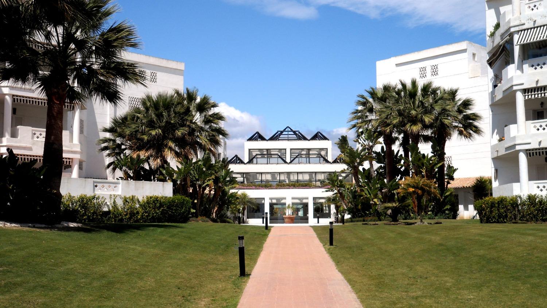 Beachfront complex. Groundfloor with 3 large bedrooms. Wifi. Puerto Banus.