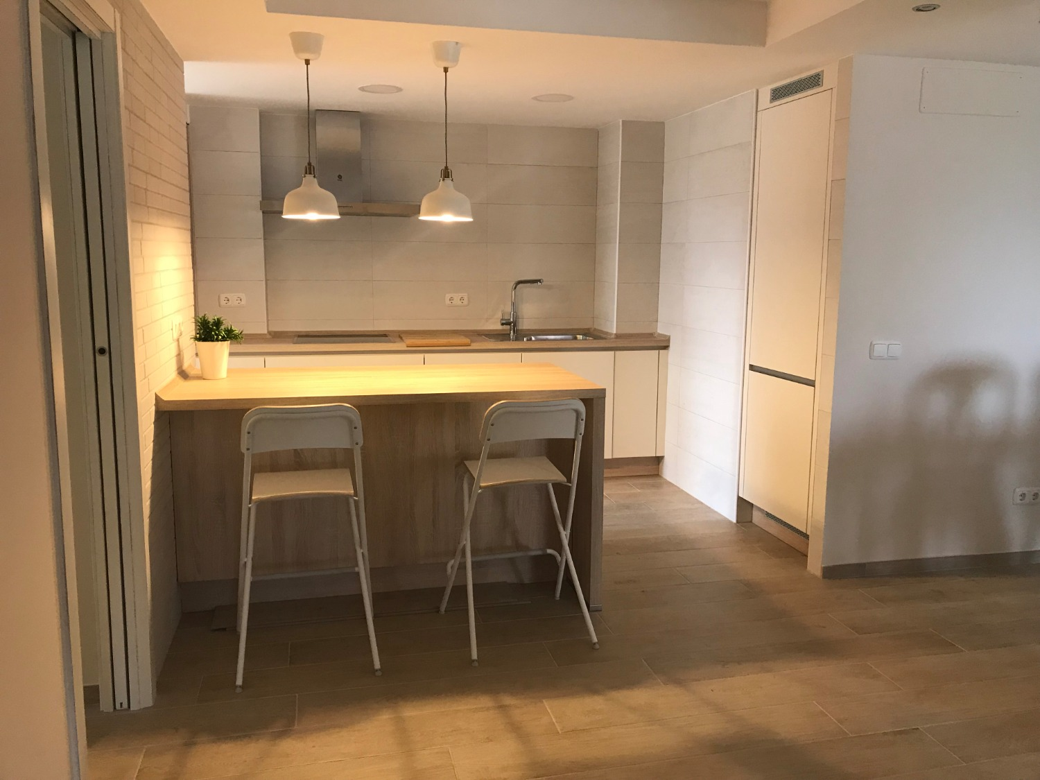 Live in the city, a few steps from the beach, fully furnished! The cost of water included in the price!