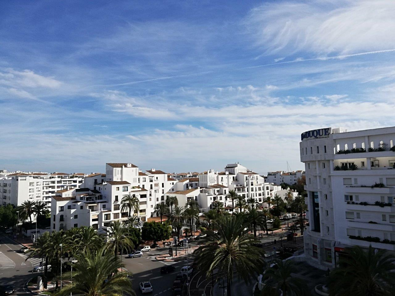 Большой пентхаус с большой террасой и прекрасным видом на Пуэрто-Банус и некоторымвидом расстояния до моря.