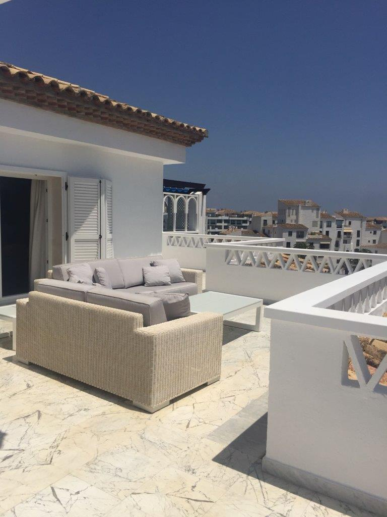 Grand penthouse, avec une grande terrasse et une vue magnifique sur Puerto Banus et quelques vues sur la distance de la mer.