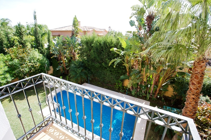 Detached villa, in Urbanization on the beachfront. Private pool and 24 hour security. Marbella
