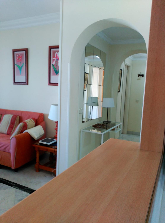 Muutaman askeleen päässä rannalta ja kaikenlaisista palveluista ja viihteestä. Viidennessä kerroksessa 2 makuuhuonetta. Puerto Banus