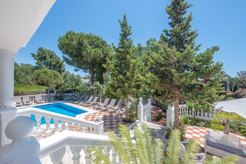 9 soveværelser med dobbeltsengværelser - 7 badeværelser - Sovekabiner op til 20 personer - Marbella Øst