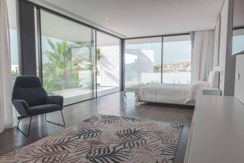 Vakantie. Privézwembad, villa met 5 slaapkamers met panoramisch uitzicht op zee en bergen. Benahavis.