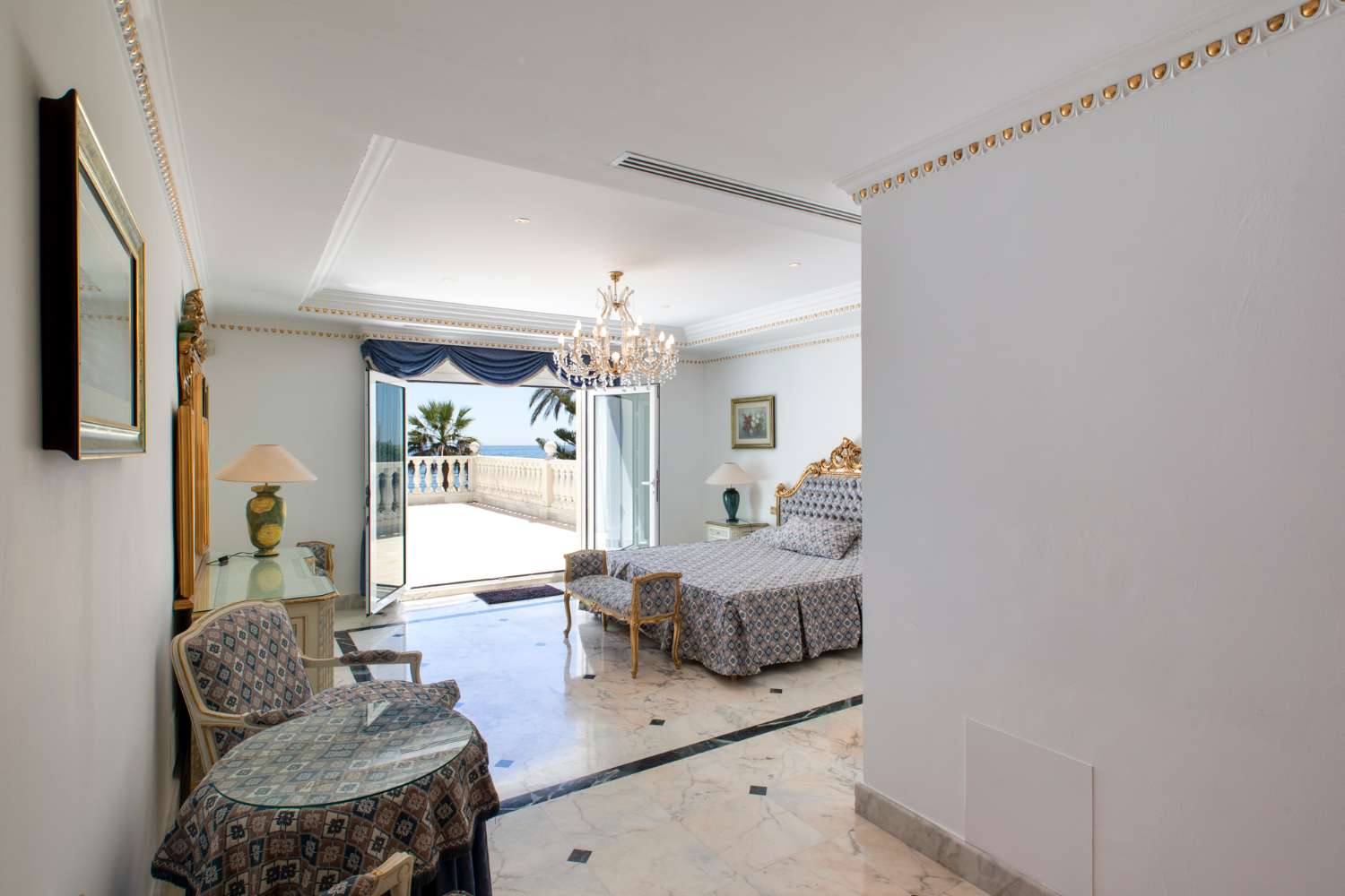 Luxury stay perfect to relax with unobstructed sea views. Beachfront vacation home with internet and entertainment room with disco.
