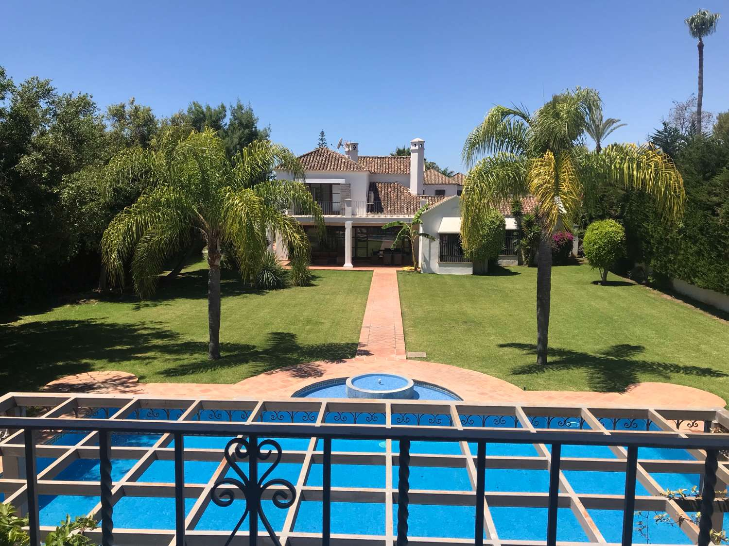 Exceptional Modern Andalusian Cortijo style Home, with a private tennis court! Huge Plot of 3,400 m2.
