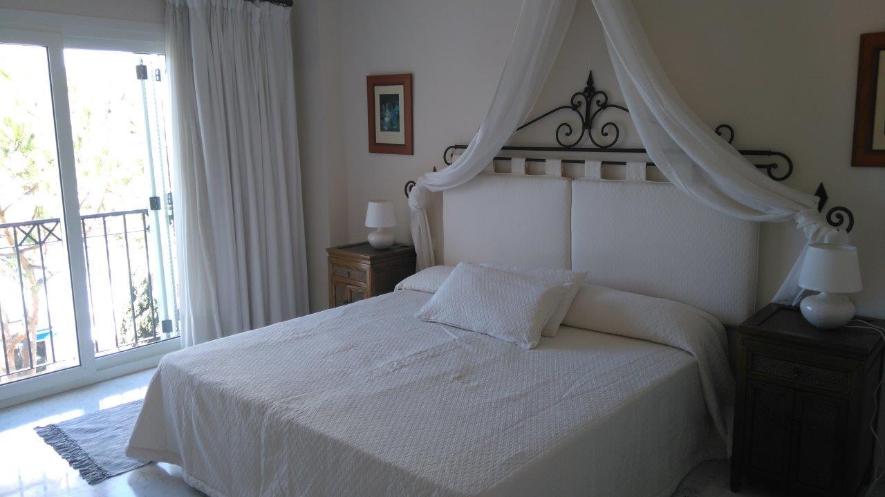 Drie slaapkamers. Op het zuidoosten gelegen, met uitzicht op het zwembad, de tuinen en een glimp van de zee in de verte. Toegang tot het strand