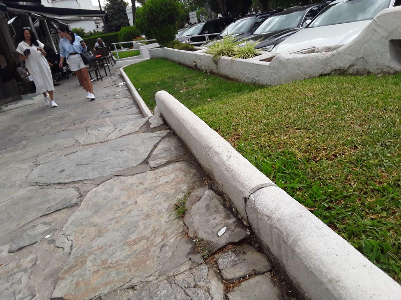 Justo al frente de villa Tiberio. Marbella Real. Local comercial numero 7. Avenida Príncipe Alfonso de Hohenlohe